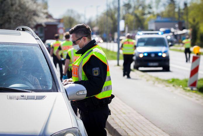 De Duitse Bundespolizei voerde afgelopen week op diverse plaatsen aan de Nederlandse grens al controles uit om verdere verspreiding van het coronavirus te voorkomen.