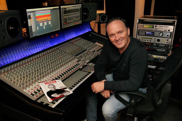 Frank van Etten achter de knoppen van zijn studio.