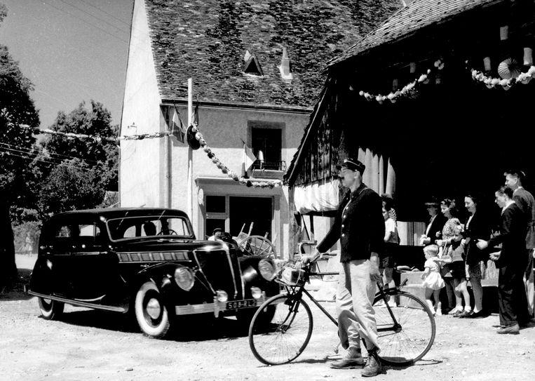 Jacques Tati als postbode in 'Jour de Fête' (1949)  Beeld Eye Filmmuseum