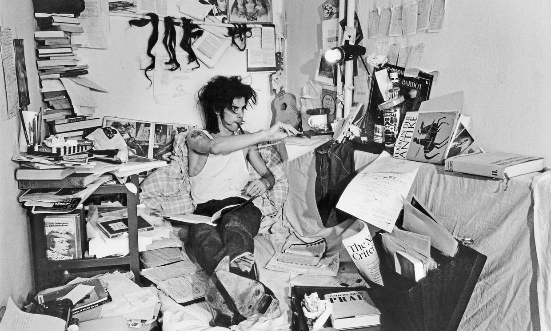 Nick Cave in Berlijn, in 1985, waar hij aan zijn debuutroman 'And the Ass Saw the Angel' werkt. Beeld RV Bleddyn Butcher