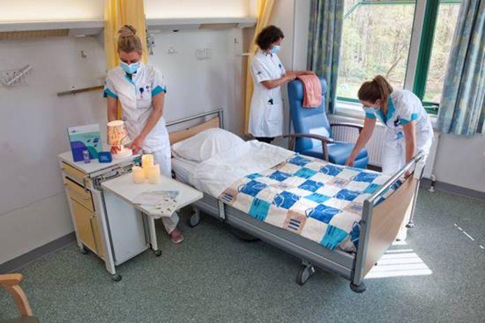 Een standaard verpleegkamer wordt huiselijker ingericht om 'zo thuis mogelijk' te kunnen sterven.