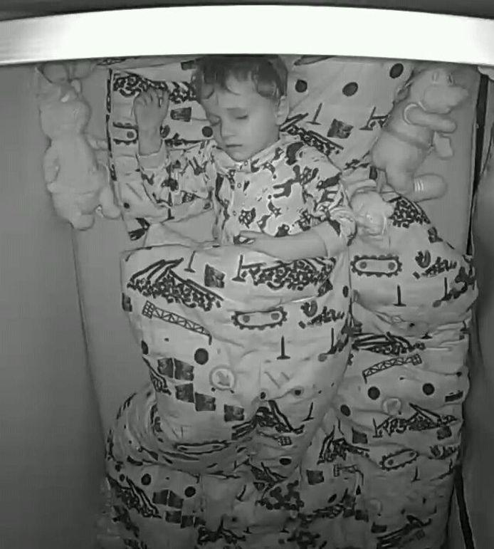 Noah slaapt. Maar nooit voor lang, want midden in de nacht wordt het 4-jarige jongetje wakker en is dan niet meer in slaap te krijgen.