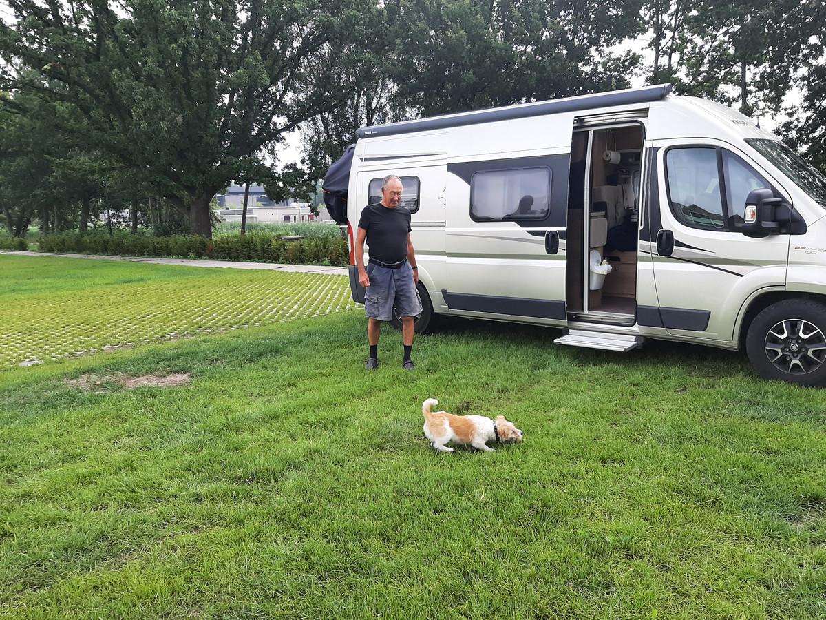 Tom Speth uit het Noord-Hollandse Groenveld en zijn hondje hebben de ruimte op de camperplaats in Apeldoorn.