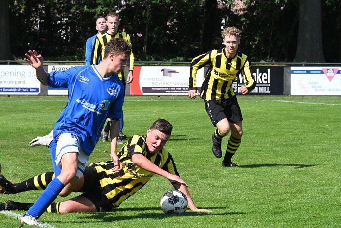 Juliana Mill-middenvelder Sven Kuijpers slalomt door de VIOS-verdediging. De voetballer uit Wilbertoord was belangrijk bij de 2-1 zege met een voorassist.