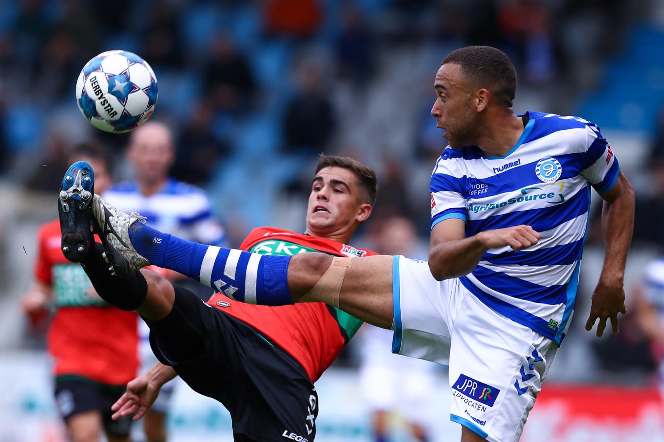 NEC'er Bart van Rooij in duel met De Graafschap-speler Johnathan Opoku (rechts).