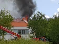 Vlammen slaan uit dak bij zolderbrand in Arnhemse villawijk