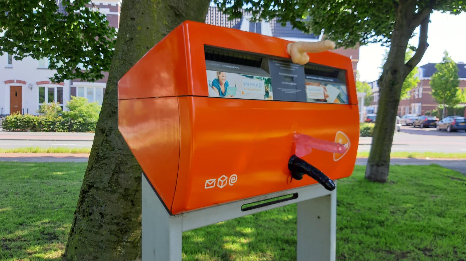 Dildo's op de brievenbus aan de Weurtseweg.