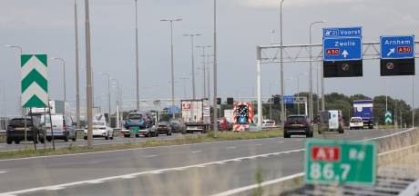 Brandende auto op snelweg A1 veroorzaakt file bij Apeldoorn richting Deventer
