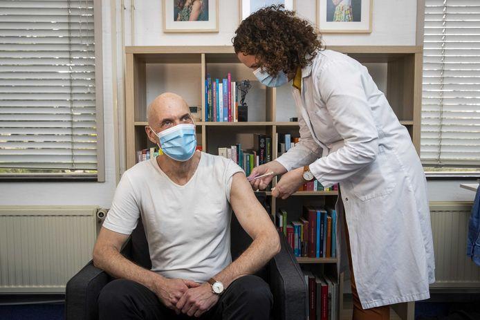 Ernst Kuipers toen hij onlangs het coronavaccin van AstraZeneca kreeg toegediend bij zijn huisarts.