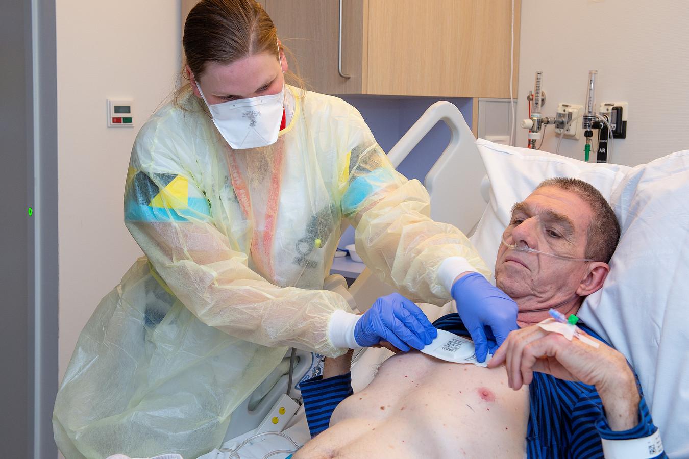 Een patiënt in het ETZ krijgt de 'slimme' pleister opgeplakt.