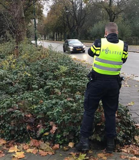 Politie snapt vijf hardrijders op Bikkersweg in Bunschoten: 'Denk aan de schoolgaande kinderen'