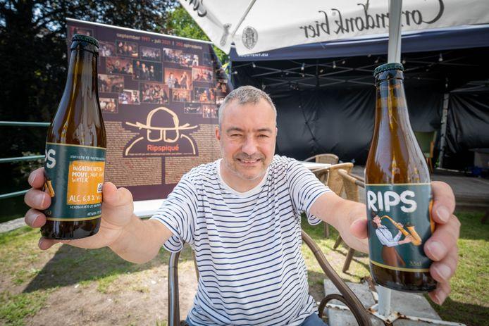 Vincent Stockman toont het jubileumbier van vzw Ripspiqué.