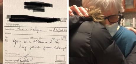 Un médecin prescrit des câlins à une grand-mère après son vaccin COVID-19
