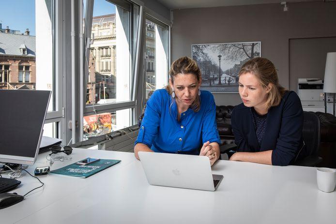 Rina Joosten (links) bekijk de resultaten van de sollicitatie door Marloe van der Schrier (rechts).