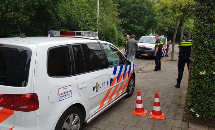 Politie bij de woning in Zwanenveld.