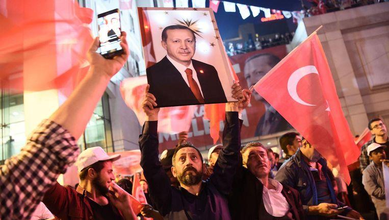 Aanhangers van president Erdogan op straat in Istanbul nadat hun leider de overwinning claimde. Beeld anp