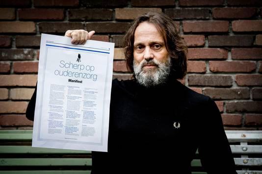 Hugo Borst met het manifest 'Scherp op Ouderenzorg'