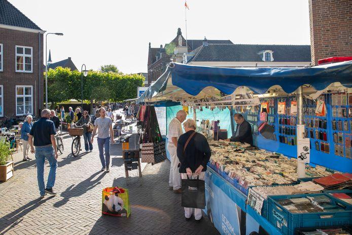 De weekmarkt in Wageningen op een zonnige dag.