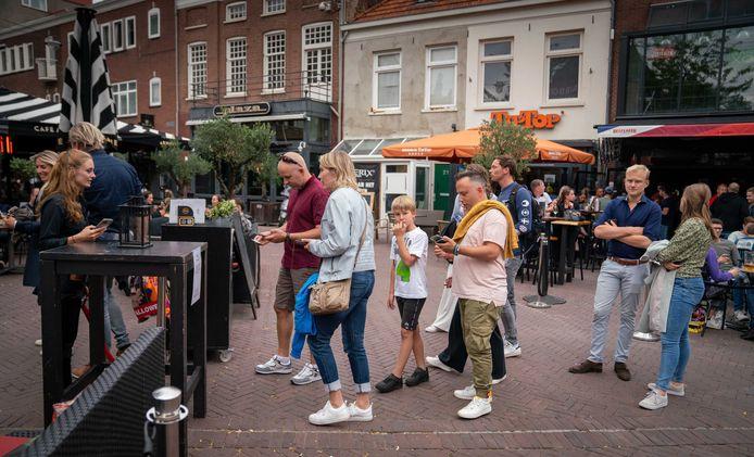 Het scannen van de QR-code leverde op de Korenmarkt in Arnhem geen problemen op. Foto: Erik van 't Hullenaar.