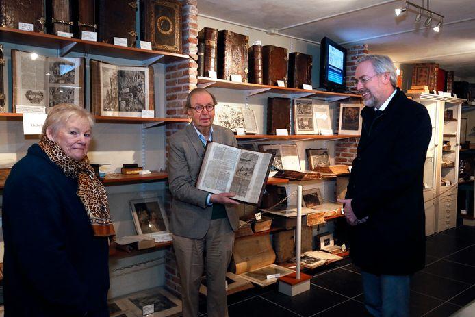 Peter van den Berg (rechts), Jannie de Groot en Wim 't Zelfde in zijn Bijbelmuseum in Leerdam.