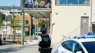 Met loeiende sirenes en luid applaus zorgt politie voor eerbetoon aan personeel en bewoners rusthuizen
