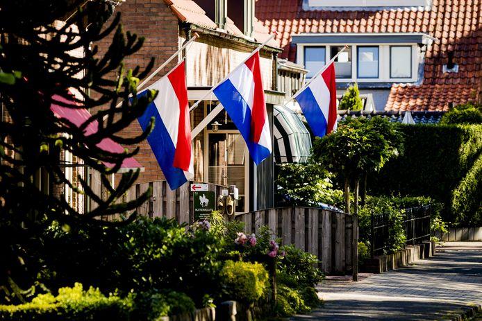 Op de dag van de uitvaart van Savannah hangen in het dorp vlaggen halfstok
