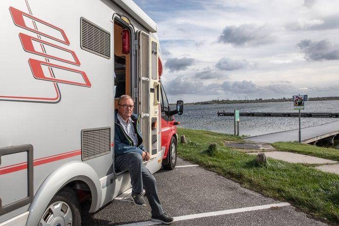 Martin Slingenberg met zijn camper bij een van de openbare aanlegsteigers in het Veerse Meer.