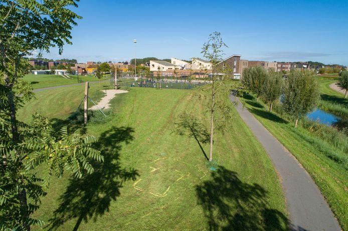 De plek in Kampen waar het ongeval is gebeurd met op de achtergrond basisschool Villa Nova.