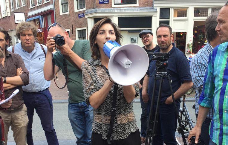 Melissa Koutouzis neemt het woord via de megafoon. Beeld Josien Wolthuizen