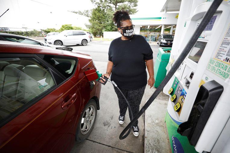 Cherise Jackson tankt haar auto bij in Durham, North Carolina, nadat er bij drie andere pompstations geen benzine meer te krijgen was. Beeld REUTERS