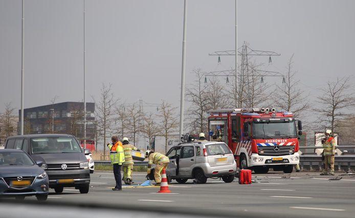 Drie rijstroken op de A2 richting Utrecht zijn afgesloten door het ongeluk.