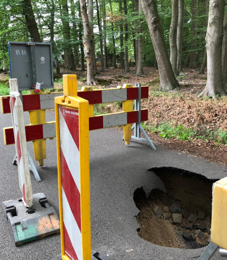 Automobilist ontdekt sinkhole in de Stokhorstlaan in Enschede