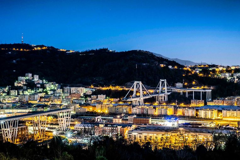 De haven van Genua in Italië, met de ingestorte Morandi-brug.  Beeld JONAS LAMPENS
