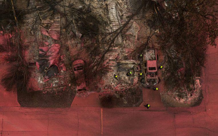 In afgebrande huizen in de Amerikaanse staat Oregon zoeken brandweerlieden naar menselijke resten. Hun helmen steken fel af bij het rode bluspoeder dat straten en huizen bedekt. De Amerikaanse westkust werd afgelopen jaar getroffen door een ongekend aantal bosbranden. En niet alleen de VS. Toen het jaar begon waren de vlammen bezig om in Australië 20 procent van alle bomen te vernietigen. En er kwam in 2020 recordmeldingen van bosbranden uit verscheidene hoeken van de wereld, van Siberië tot het Amazonegebied. Wetenschappers zien een onmiskenbaar verband met klimaatverandering en opwarming. Beeld REUTERS