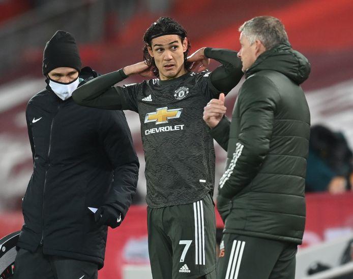 Edinson Cavani krijgt instructies van Ole Gunnar Solskjaer voor zijn invalbeurt tegen Liverpool (0-0) afgelopen zondag.