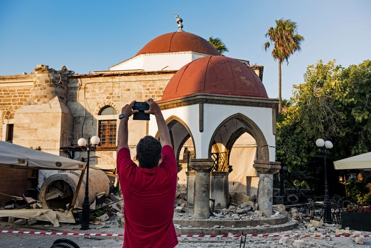 KOS, GREECE - JULY 22: A man takes a photo of damaged buildings after the 6.6-magnitude richter scale earthquake hit Aegean Sea, in Kos Island of Greece on July 22, 2017. Anna Daverio / Anadolu Agency Beeld Anadolu Agency