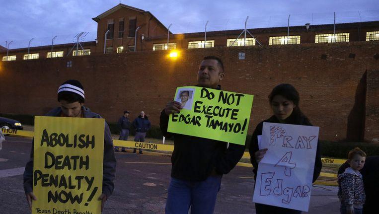 Tegenstanders van de doodstraf bij de gevangenis waarin Edgar Tamayo woensdagavond zou worden geëxecuteerd. Beeld ap