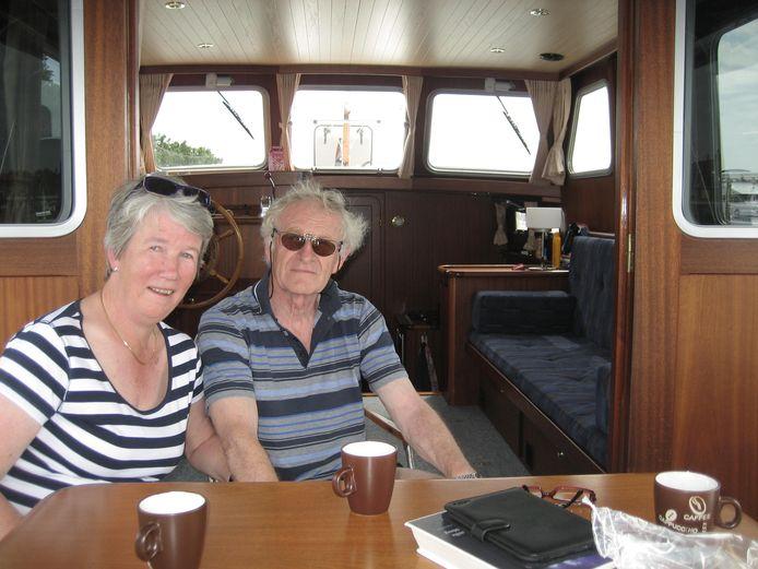 Anneke en Jan Pothoff aan de koffie in de kajuit van hun huurjacht.