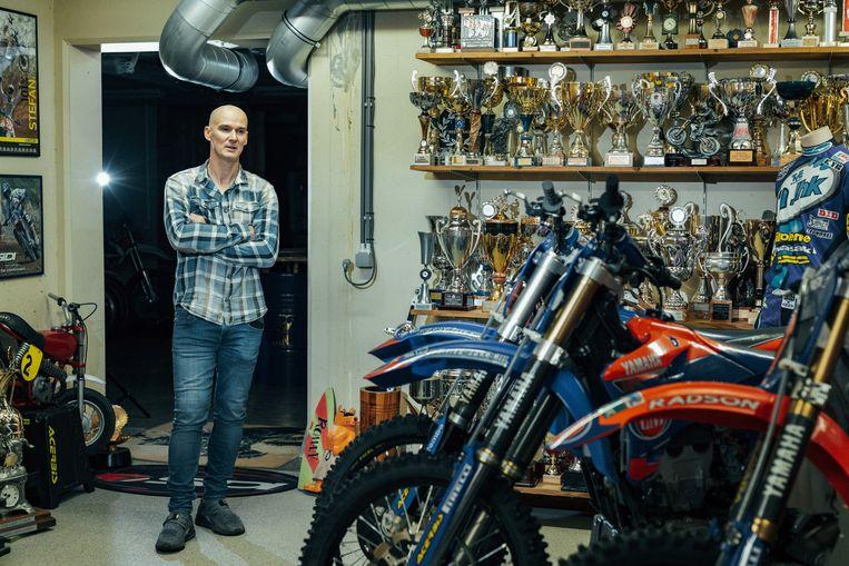 De prijzenkamer van de tienvoudige wereldkampioen motorcross. Beeld Illias Teirlinck