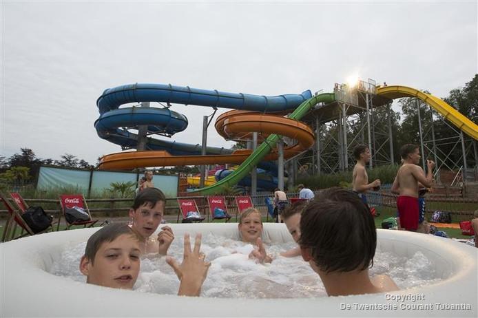 Jongeren genieten in de jacuzzi van het Slidepark Event