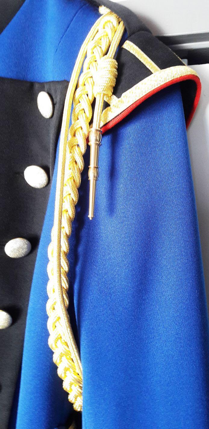 Detail nieuw uniform Irene, epaulet met koord met de schouder.