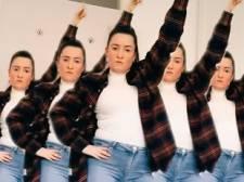 Gabriëlle (31) blaast TikTok omver met haar dansjes op bekende tv-tunes