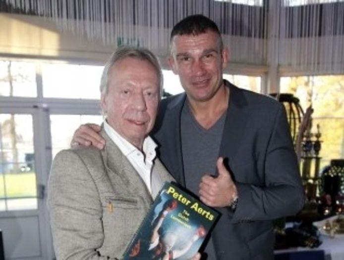 In 2014 kreeg Bennie Holtkamp het eerste exemplaar van de biografie van vechtsporter Peter Aerts.