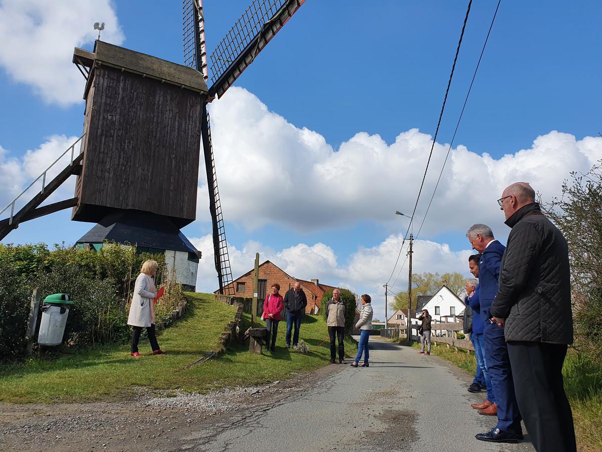 De buurt kreeg vrijdagochtend tekst en uitleg aan de voet van de Pietendriesmolen.