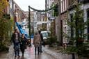 Vrijwilligers versieren de Walstraat voor het Dickens Festijn.