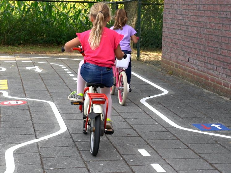 Scholieren in Hengstdijk leren verkeersregels op nieuw verkeersplein