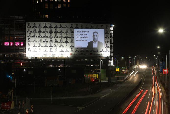 Op het Veemgebouw op Strijp-S in Eindhoven hangt een enorm billboard om aandacht te vragen voor een project voor daklozen