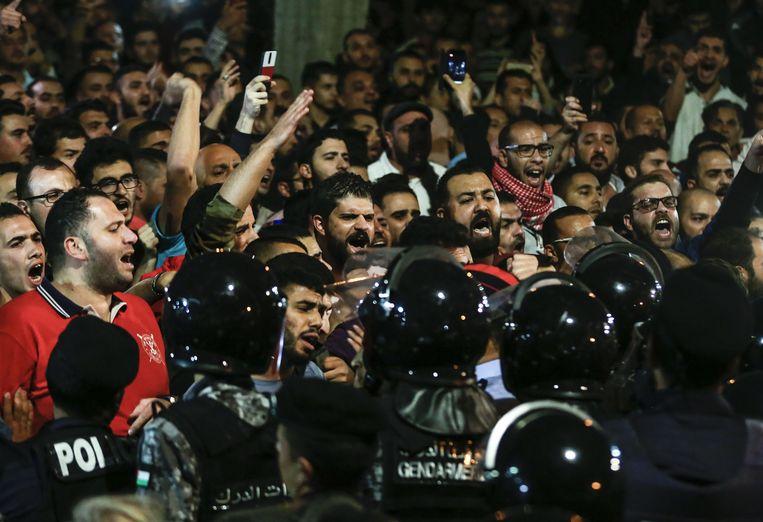 Demonstranten schreeuwen leuzen bij het kantoor van de premier in de hoofdstad Amman.  Beeld AFP