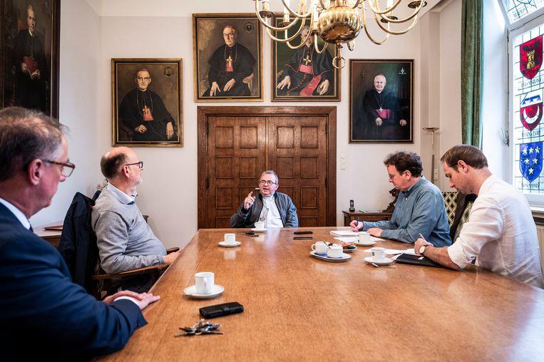 Bisschop Smeets tijdens het interview met De Limburger en Trouw. Links vooraan Trouw-redacteur Stijn Fens. Beeld John Peters