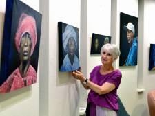 Eerst schilderde ze echtgenoot Chaz, daarna de rest van zijn familie, nu exposeert Marijke in de Zevenbergse bieb